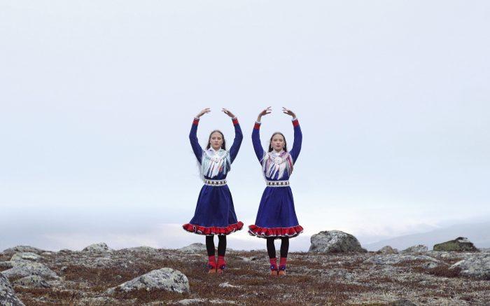 N-2018-137   Marja Helander: Eatnanvuloš lottit (Maan sisällä linnut), 2017   Kesto: 10 min 40 s   Video